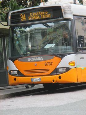 Прямой автобус на кладбище через дорогу от вокзала Генуи