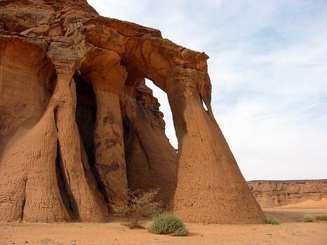 Многочисленные природные арки усеивают пейзаж