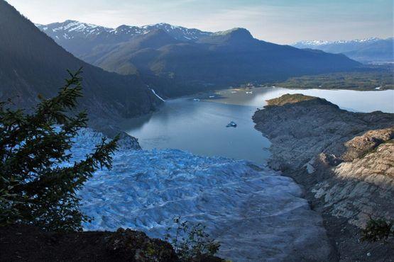 Вид со стороны ледника на озеро Менденхолл и водопад Наггет