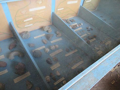 Часть выставки инструментов каменного века