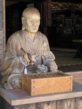 Будда охраняет коробку с монетами