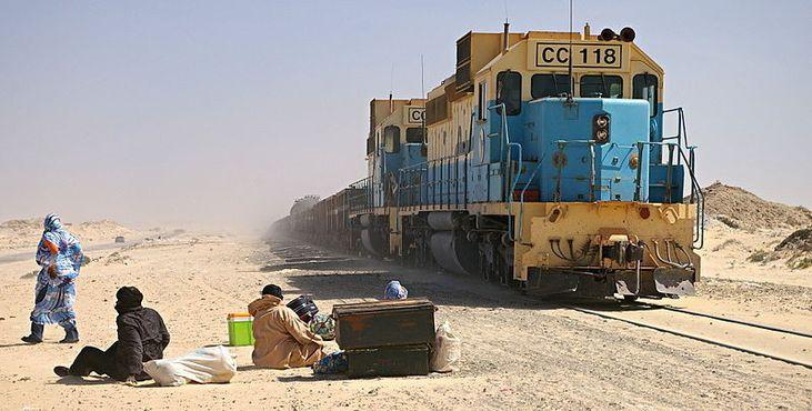 Поезд с железной рудой на станции Нуадибу, Мавритания