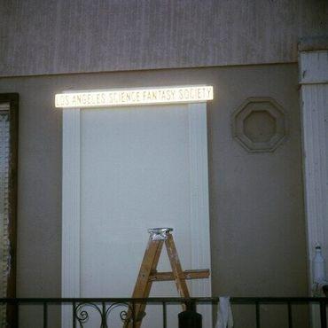 Парадный вход в первый клуб на бульваре Вентура, 1973 год. Фото Лен и Джун Моффатт