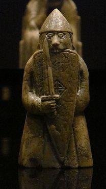Шахматная фигура берсерка (ладьи), грызущего свой щит