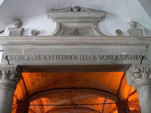 Надпись над входом в португальскую Часовню костей: «Мы, кости, которые находятся здесь, ждём вас»