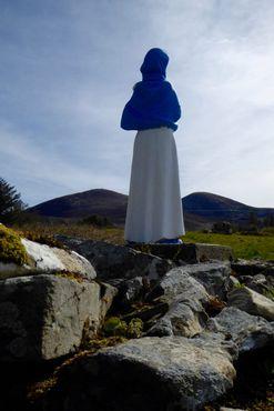 Статуя Пресвятой Богородицы с Каши Ану на фоне