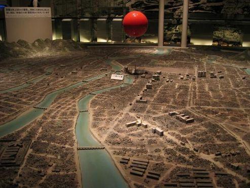 Диорама города Хиросимы после взрыва атомной бомбы в Мемориальном музее мира в Хиросиме. Красный шар указывает место и размер взрыва бомбы менее чем за одну секунду после взрыва.