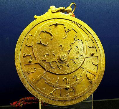 Персидская астролябия XVIII века, прибор для определения положения солнца, луны, планет и звёзд. Выставлена в Музее Уиппла
