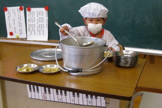 """Раздача супа мисо в школе (""""школьное обеденное дежурство"""")"""