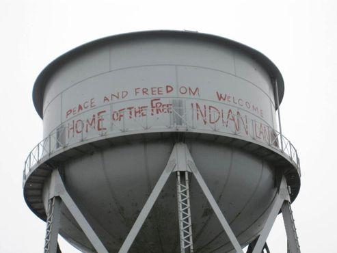 Водонапорная башня с граффити, нанесёнными во время оккупации острова американскими индейцами