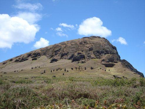 Каменоломня с Эль-Гиганте на фоне скопления моаи