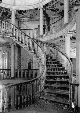 Старая спиральная лестница, к сожалению, заменена