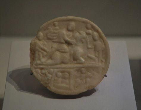Медальон из белого мрамора с изображением Митры и первобытного быка, найденный в митреуме Кесарии