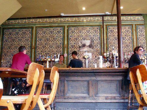 Внутри паба «Десять колоколов» сохранилась плитка Викторианской эпохи