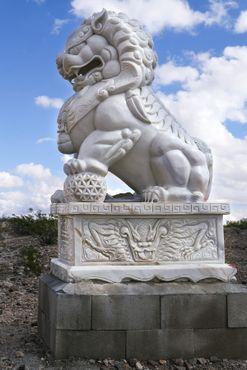 Статуя самца льва
