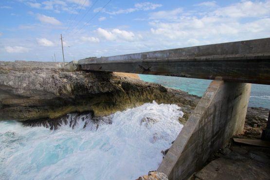 Под современным мостом сильные волны иногда соединяют океан и море