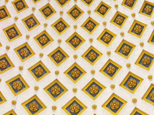 Голубые и золотые детали убранства купола.