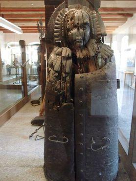 Железная дева, полое шипованное сооружение для запирания людей внутри