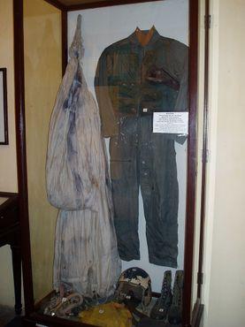 Форма Джона Маккейна выставлен в музее тюрьмы Хоало