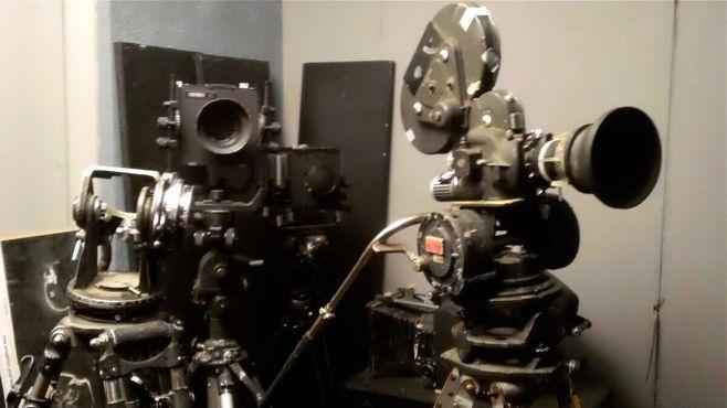 Семейное кинематографическое оборудование на выставке в кинотеатре