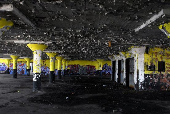 Краска отслаивается от стен склада на острове Буа-Блан