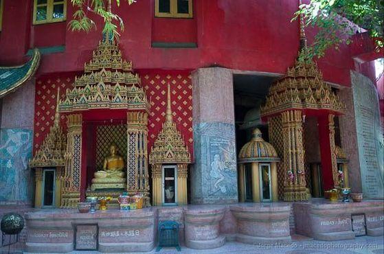 Святыни у подножия храма