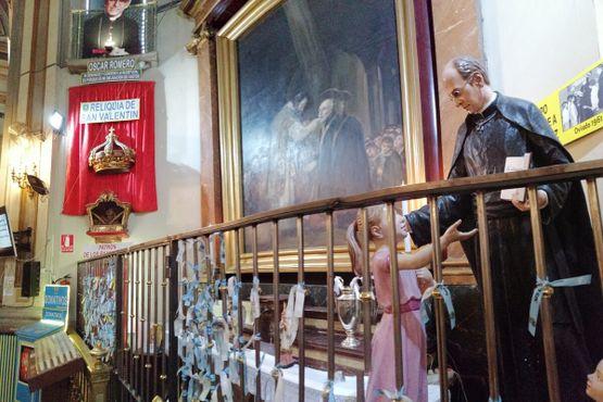Мощи в окружении картин и статуй