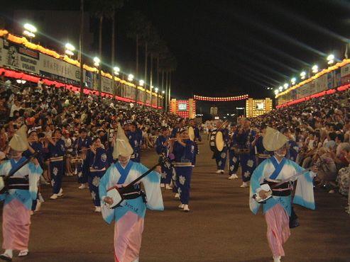 Лютня сямисэн, барабаны тайко, флейта синобу и колокол кейн создают музыкальное сопровождение фестивалю