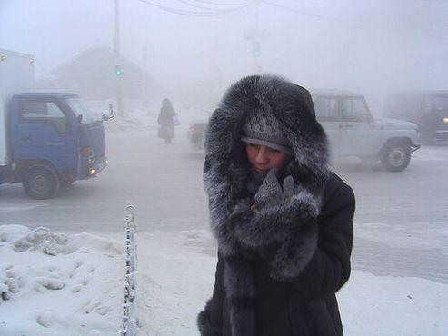 Укутанная горожанка борется со снегом и ветром в Якутске