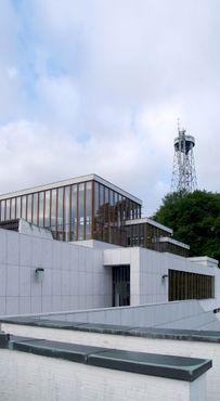 Ольборгский художественный музей на фоне башни