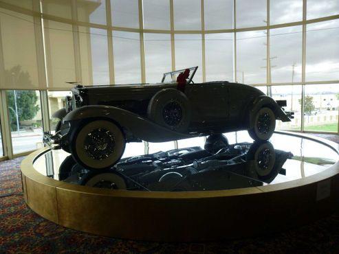 Автомобиль Duesenberg Model SJN Convertible Coupe 1936 года в музее