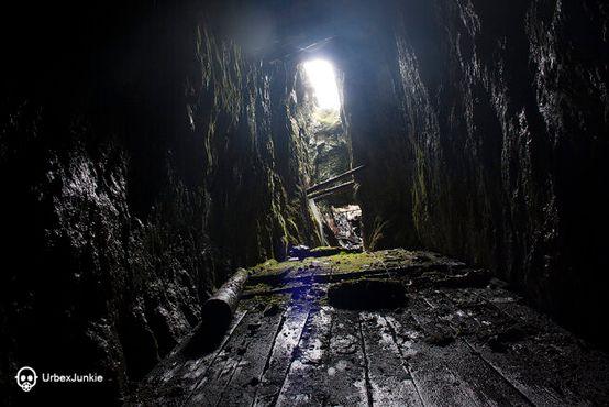 Под деревянными досками находилось большое отверстие, где когда-то много лет назад была руда. Одно падение – и игра окончена