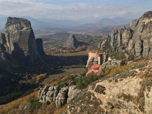Монастыри Святой Троицы и Русану возвышаются над долиной