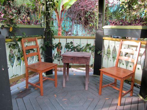 Беседка в саду с плотоядными растениями